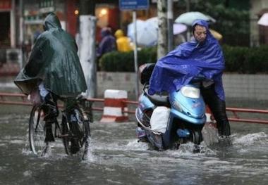 2730995138-shanghai-en-etat-d-alerte-l-approche-du-typhon-wipha.jpg