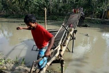 3315003581-le-cyclone-au-bangladesh-a-fait-des-milliers-de-morts.jpg
