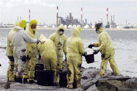 2871692076-pollution-dans-l-estuaire-de-la-loire-total-presente-ses.jpg