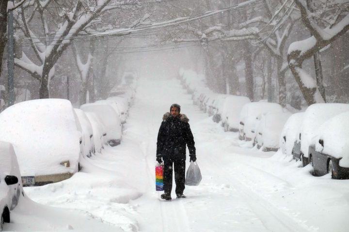 Le phénomène météorologique, surnommé « Snowzilla » par le quotidien « Washington Post » en référence au destructeur lézard géant Godzilla, avait été largement anticipé, déclenchant une ruée dans les supermarchés avant la tempête. Ici, à New York, le 23 janvier 2016. paralyse-par-une-tempete-de-neige-historique - Le Monde