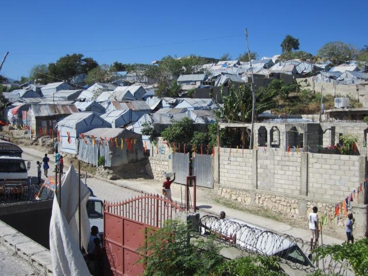 Le camp d'Acra est situé dans le quartier Delmas 33, en plein coeur de Port-au- : Prince. Il est divisé en deux parties, Acra Sud et Acra nord. (Source : Radio-Canada)