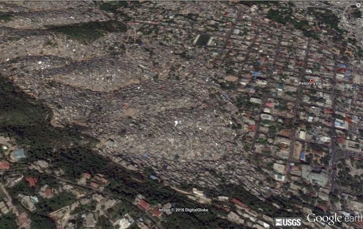 Urbanisation Port-au-Prince, sur les pentes habitat précaire et en contrebas Pétionville. Source : Image Google Maps