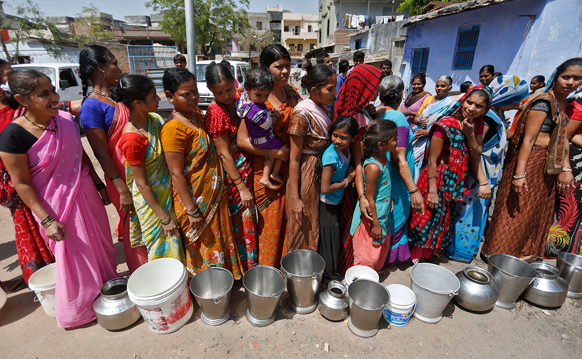 Women queue for drinking water from a municipal corporation water tanker in the western Indian city of AhmedabadReuters