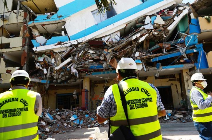 Ingenieros de la Univerdad Central, realizaron un convenio con el municipio de Manta para la evaluación de las edificaciones afectadas por el terremoto. Rodolfo Párraga / EL TELEGRAFO 20160511_REG_MTA_ING UNIVERSIDAD CENTRAL