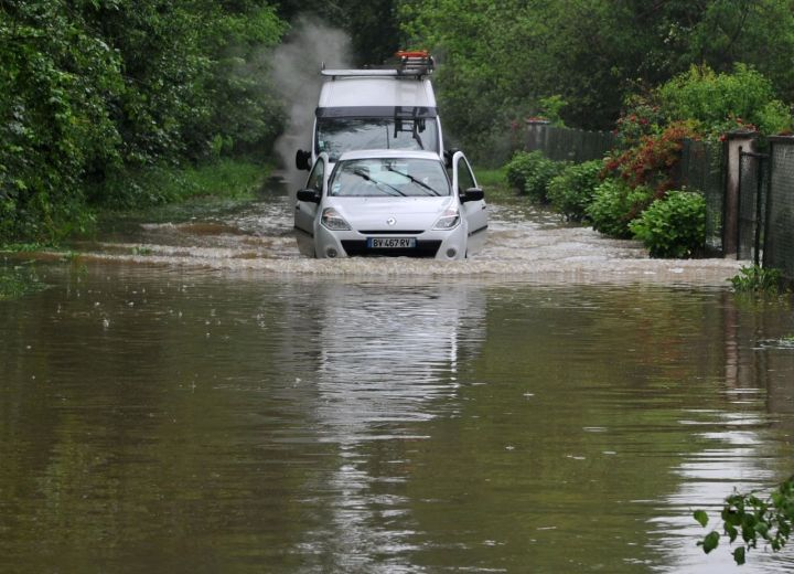 Meung-sur-Loire (Loiret), le 31 mai. De nombreuses routes sont coupées par les inondations dans ce département et les pompiers ont mené plus d'un millier d'interventions depuis lundi en fin de journée. Plus de 500 interventions étaient en cours mardi matin. AFP / Guillaume Souvant