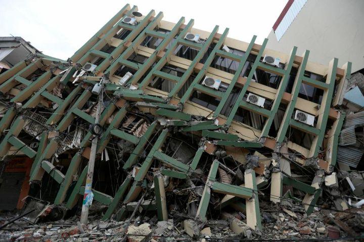 Un immeuble écroulé après le séisme, à Portoviejo le 17 avril. Photo Juan Cevallos. AFP