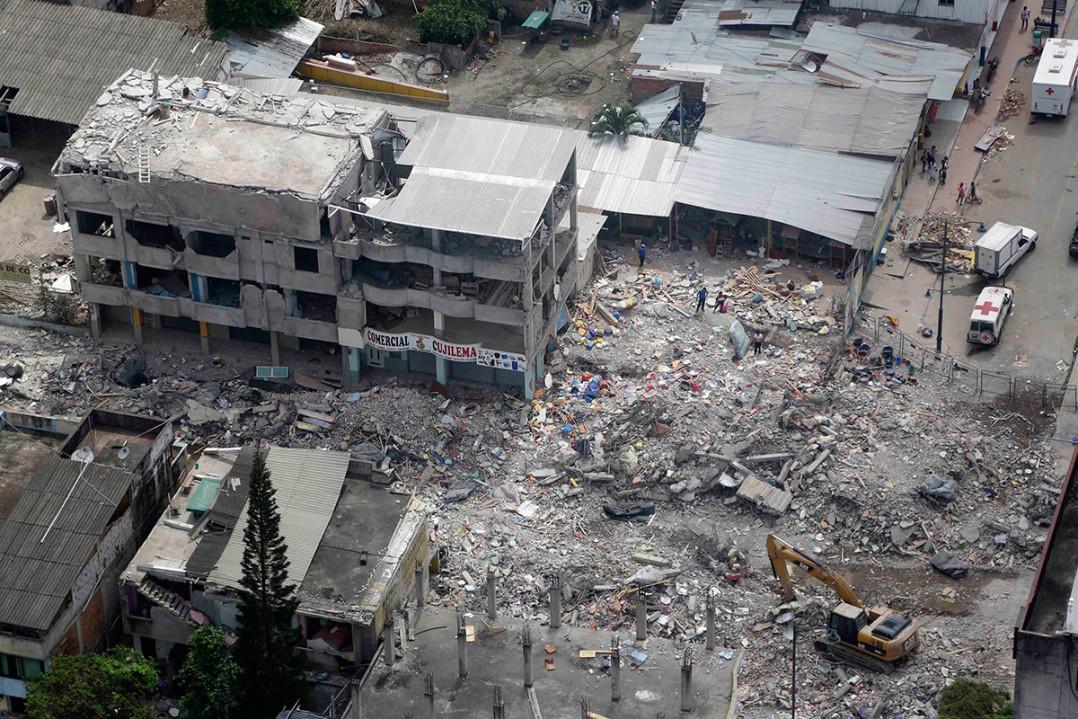 Edificios en ruinas tras el terremoto en Pedernales, Ecuador. Foto: AP / Dolores Ochoa