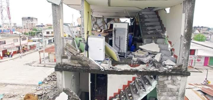 Dans certaines zones de Pedernales et Manta, des maisons de plusieurs étages ont littéralement perdu leurs murs. Les ingénieurs ayant analysé ces cas , estiment qu'il s'agit d'un défaut de construction - Photo: AFP