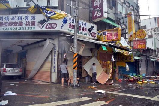 Le supertyphon Nepartak a déferlé vendredi 8 juillet sur Taïwan, accompagné des vents les plus violents – 198 km/h – depuis plus d'un siècle et de pluies torrentielles. Il a entraîné l'évacuation de 15 000 personnes, menacées par des glissements de terrain ou des inondations. - Source : Le Monde