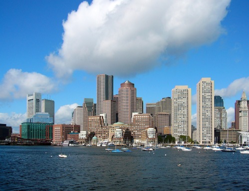 Boston -Financial District skyline Picture was taken from a whale watching ferry that left from the aquarium dock. It is the Eastern side of the Boston peninsula. Photo CC Nelson48 sur Wikipedia anglais