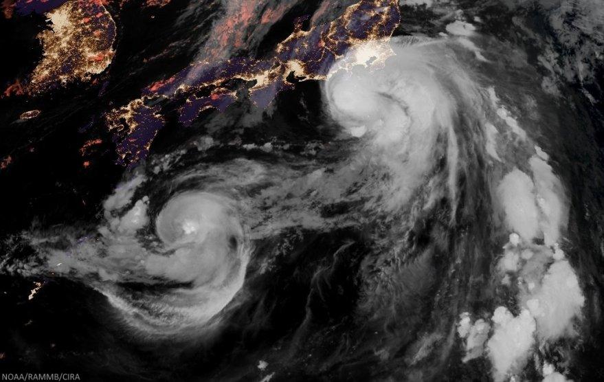 Image satellite Himawari-8 de la Tempête Tropicale Mindulle s'approchant de Tokyo, et de la Tempête Tropicale Lionrock au Sud-Ouest