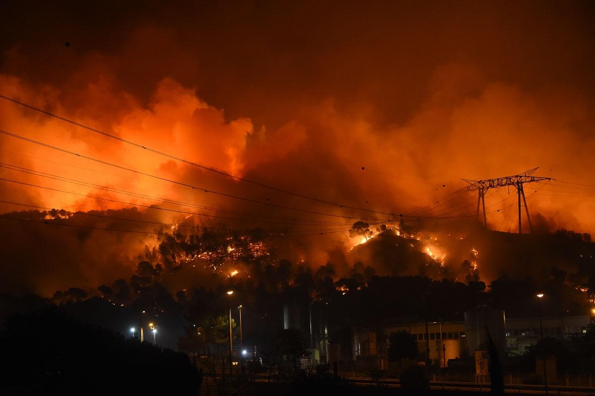 Photo AFP / Boris Horvat dans le blog  Making-off de l'AFP sur l'incendie des Bouches du Rhône 10-11/08/2016 https://making-of.afp.com/lenfer-aux-portes-de-marseille