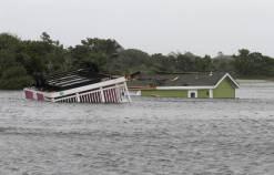 Deux mobile homes submergés samedi derrière le Camping des Sables de Hatteras, en Caroline du Nord, après le passage de la Tempête Hermine sur les Outer Banks, Photo Tom Copeland / AP - 03/09/2016
