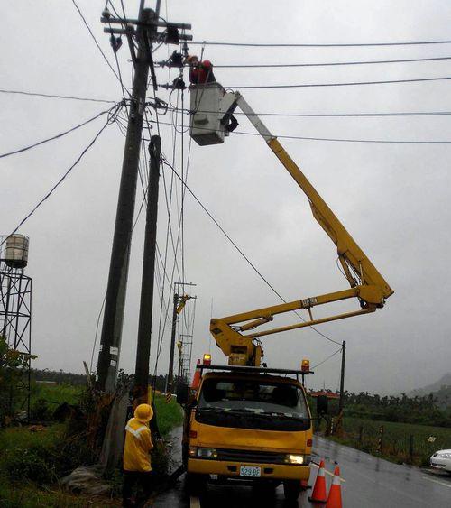 Réparation des lignes électriques endommagées dans le comté de Pingtung. (Photo Taiwan Power Co.)