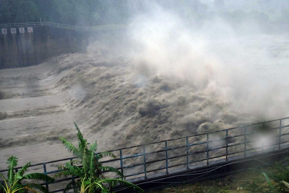 Débordement au barrage Jhihtan à New Taipei City alors que le typhon Megi frappe l'est de Taiwan.