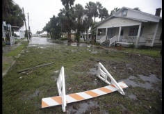 Rue partiellement inondée à Cedar Key le 01/09/2016 - Photo AP