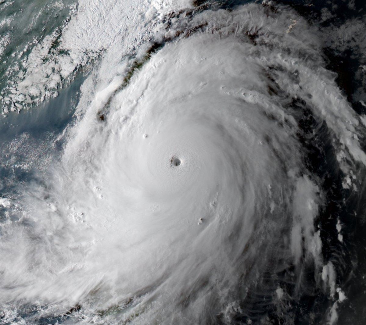 Typhon Meranti, categorie 5 - Image satellite visible Mardi mardi soir heure locale - 13/09/2016. Image credit: NOAA-NASA and RAMMB/CIRA, courtesy Jon Erdman, weather.com (@wxjerdman).
