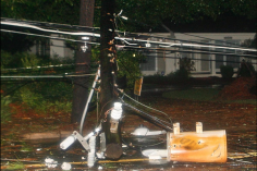 Les restes d'un poteau de téléphone est brisé et son transformateur bloquent une route sous la pluie et le vent à Tallahassee, en Floride, le 2 septembre 2016.