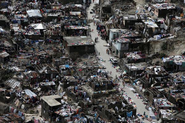 Vue aérienne des dégâts causés par le passage de l'ouragan Matthew à Jérémie, dans l'ouest d'Haïti, le 6 octobre (Carlos Garcia Rawlins/REUTERS).