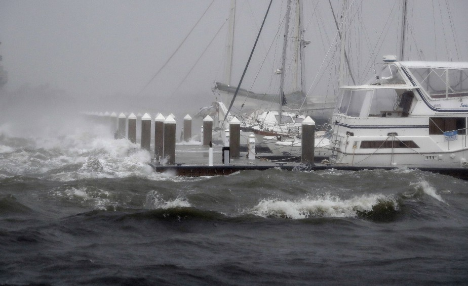 PHOTO JOHN BAZEMORE.AP  L'ouragan Matthew a créé de fortes vagues qui ont remué des bateaux mouillés au quai St. Augustine, en Floride, le 7 octobre.