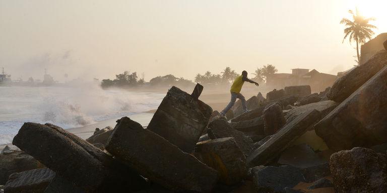 Côte d'Ivoire, août 2015 : la montée des eaux dues au réchauffement climatique a provoqué l'effondrement d'une partie de la côte à Abidjan. CRÉDITS : ISSOUF SANOGO/AFP