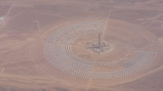 Noor3, une tour solaire de 247 mètres en cours de construction de hauteur avec miroirs disposés en pétales autour de la tour © Radio France / Sandy Dauphin (France Inter)