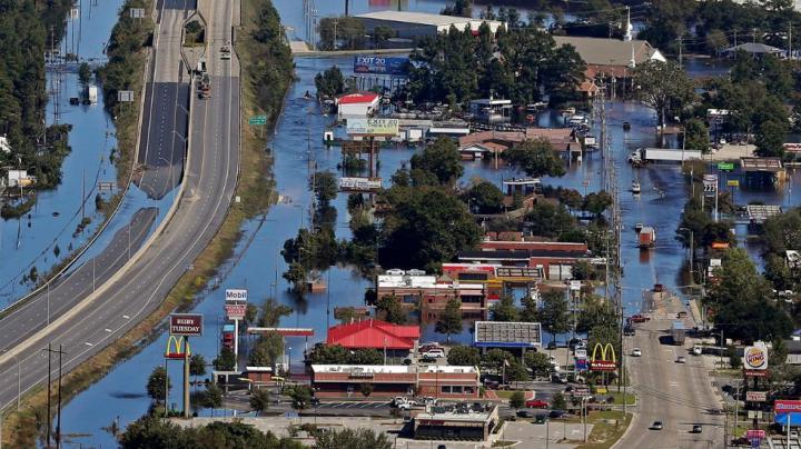 Les inondations de l' ouragan Matthew recouvre en partie l' Interstate 95, les maisons et les entreprises à Lumberton, Caroline du Nord, le mercredi 12 octobre 2016. Les gens ont reçu l' ordre d'évacuer, et les responsables ont averti que certaines communautés pourraient être inaccessibles en raison des routes coupées ou des ponts fermés. (AP photo / Chuck Burton)